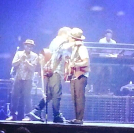 Ed Sheeran hugging Bruno Mars after performing together!! ;') :') ❤❤